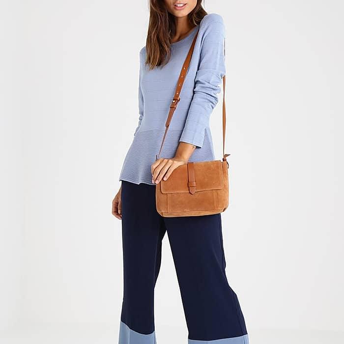sac besace pour femme porté en bandoulière. Look chic et moderne.