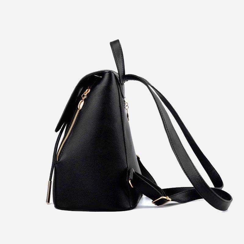 Côté du sac à dos cuir texturé noir avec empiècement de couleur or.