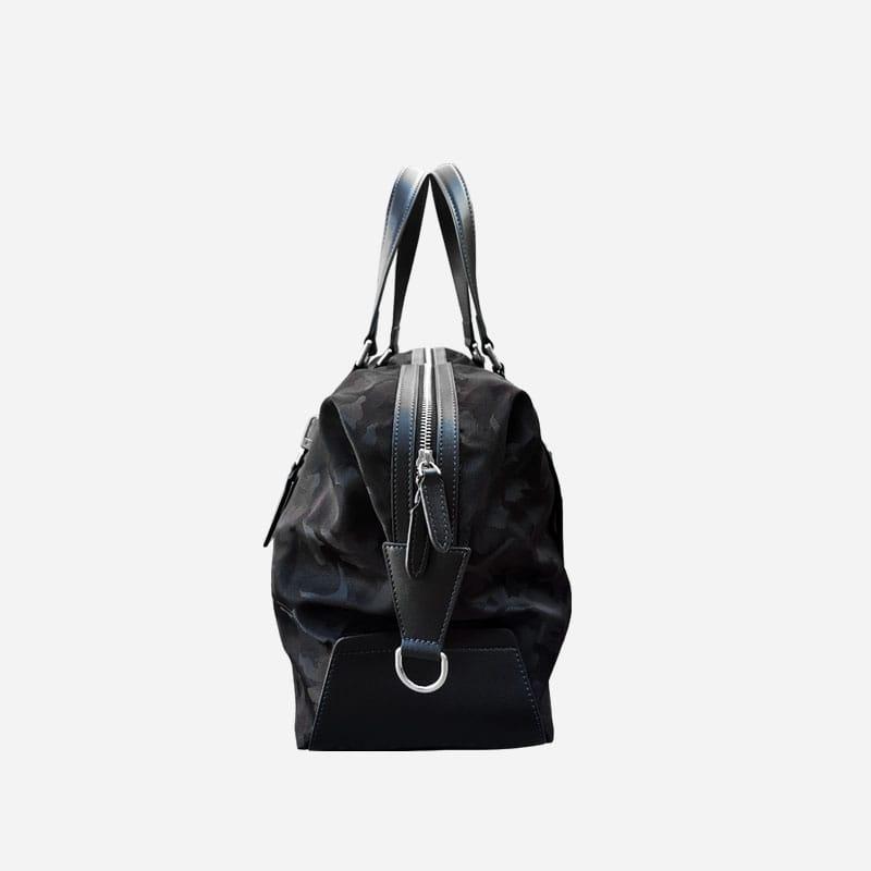 Côté du sac voyage et weekend camouflage noir militaire.