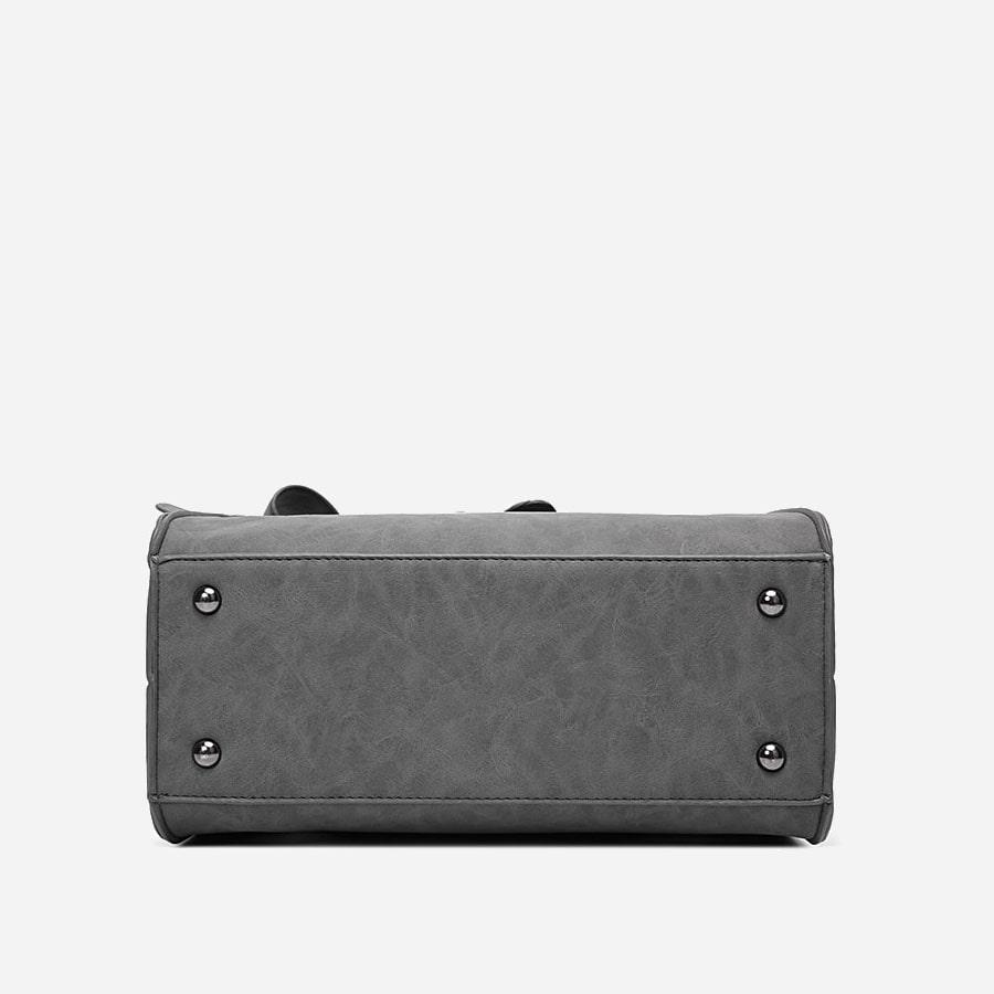 Dessous du sac à main cuir suédine avec les patins métallique argentés.