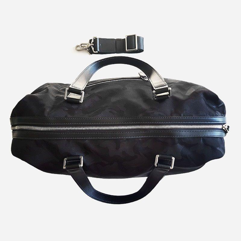 Dessus du sac voyage et weekend camouflage noir militaire avec sa bandoulière amovible.