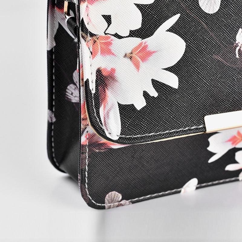 details-sac-besace-bandouliere-femme-cuir-noir-fleurs-2