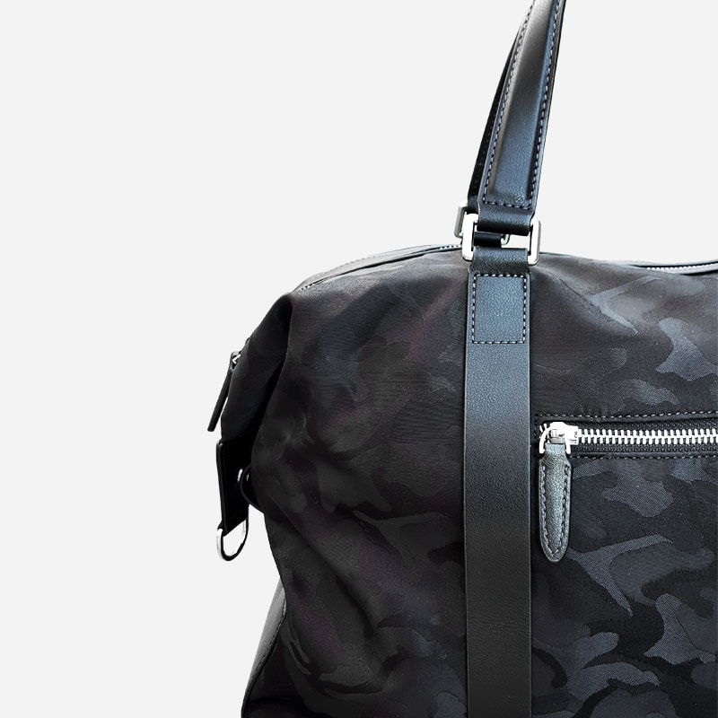 Détails du sac voyage et weekend camouflage noir militaire.