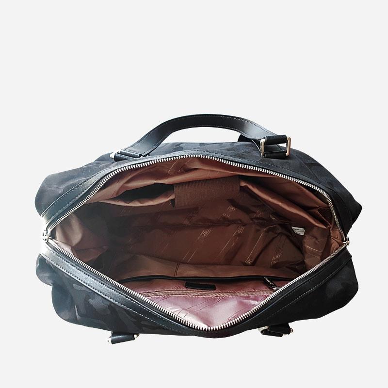 Intérieur du sac voyage et weekend camouflage noir militaire.