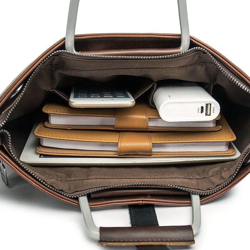 Intérieur de la sacoche cuir porte-documents pour homme de couleur marron et brun avec quelques touches de noires.