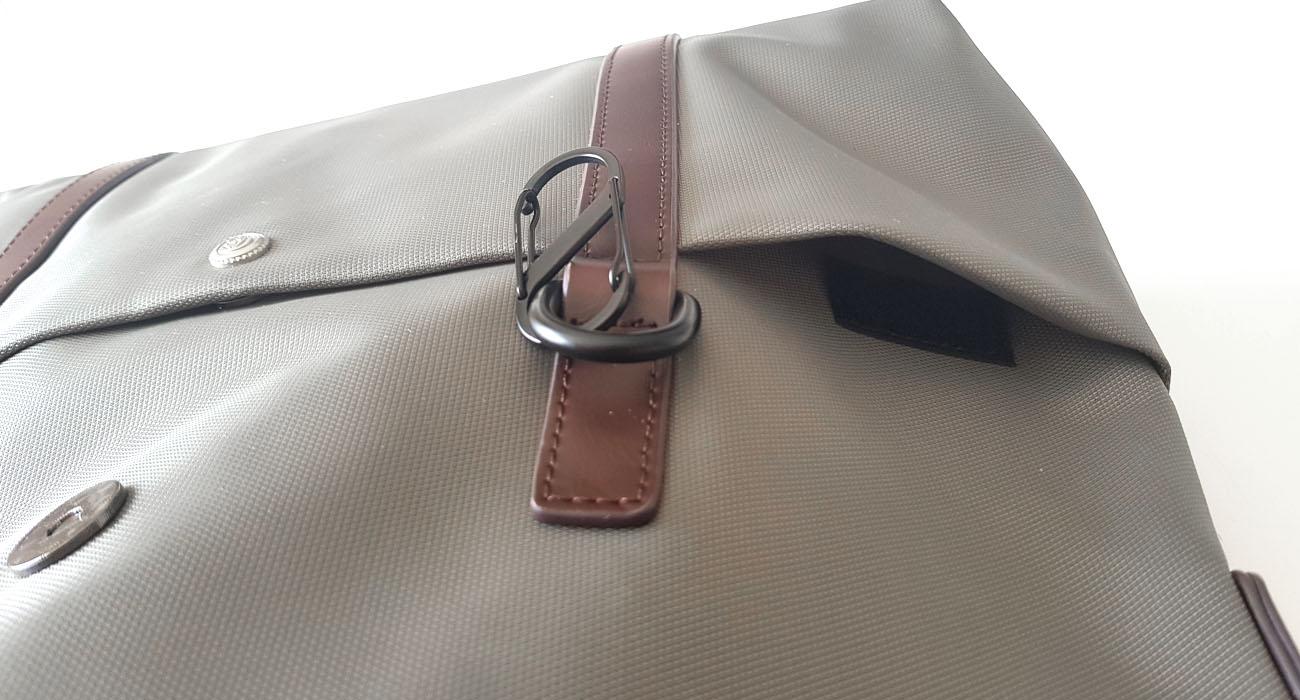Poche frontale à l'extrémité de la sacoche avec fermeture par ruban auto-agrippant (scratch).