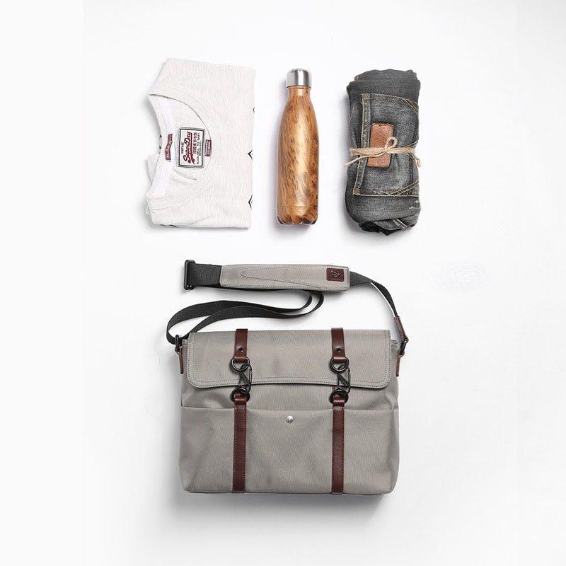 Total look avec le sac besace à bandoulière gris.