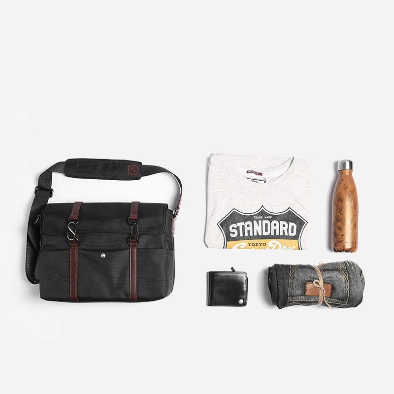 Total look avec le sac besace à bandoulière noir.