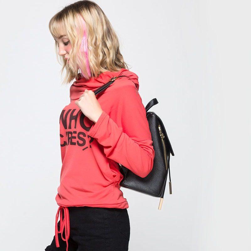 Modèle qui porte le sac à dos cuir texturé noir.