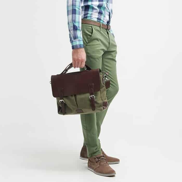 Look chic et mode avec un sac à main bandoulière homme porté à la main.