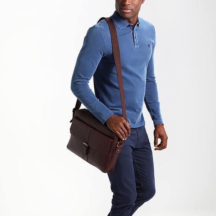 Un sac bandoulière pour homme en cuir marron.