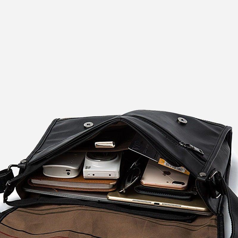 Intérieur du sac besace bandoulière pour homme façon cartable et cuir noir.