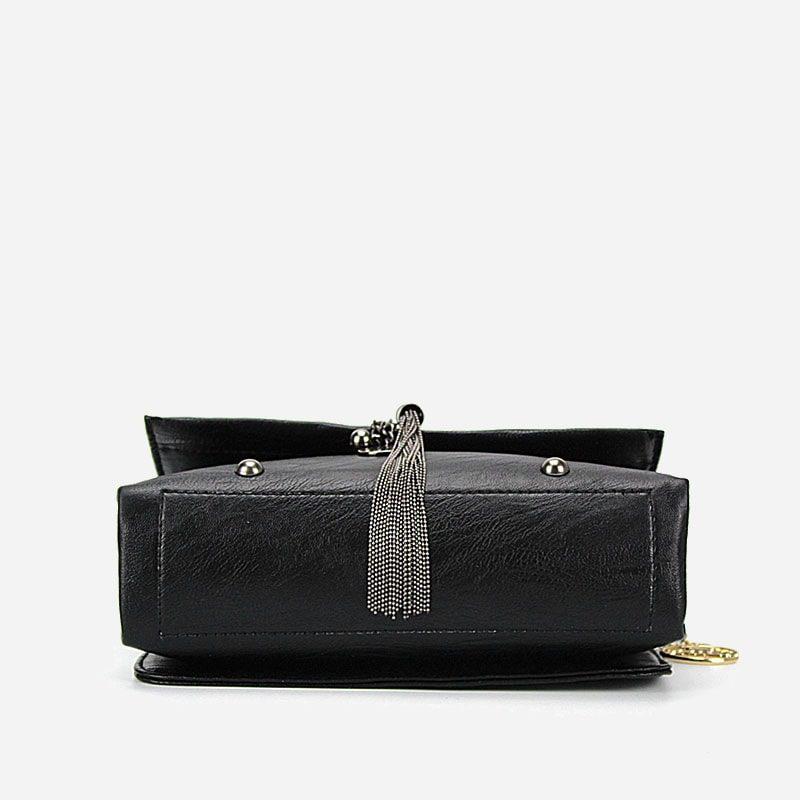 Dessous du sac besace noir pour femme avec bandoulière à chaîne et pompons.