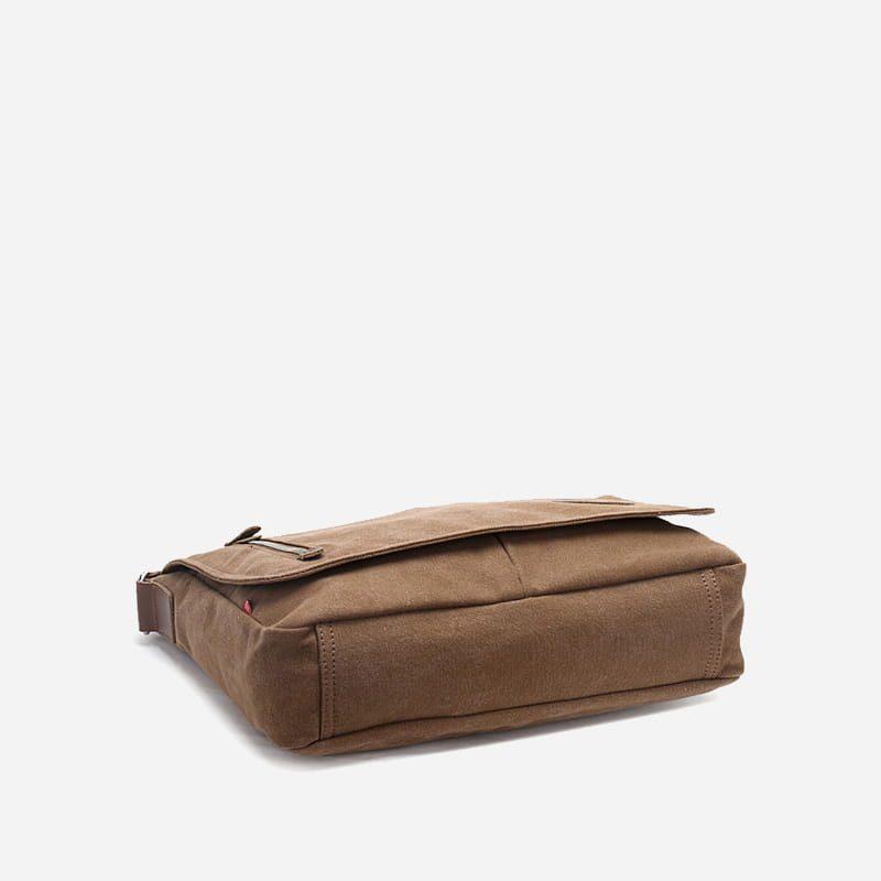Dessous du sac besace bandoulière pour homme en toile en couleur marron/brun.