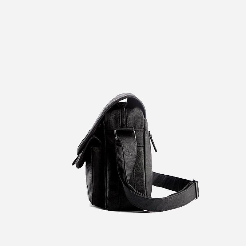 Sac besace bandoulière pour homme en cuir noir avec 2 fermoirs et 2 poches ventrales. Côté.