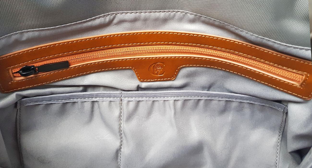 Intérieur du sac besace pour homme avec 2 poches à élastique et une poche zippée.