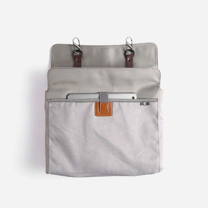 Intérieur du sac besace en toile gris avec languette en cuir marron pour homme.