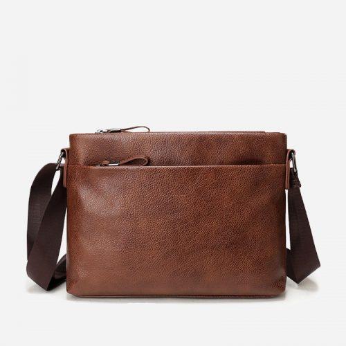 Sacoche besace pour homme en cuir marron et brun avec sa bandoulière.