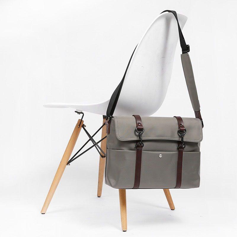 Présentation de la sacoche bandoulière en toile et en cuir pour homme.