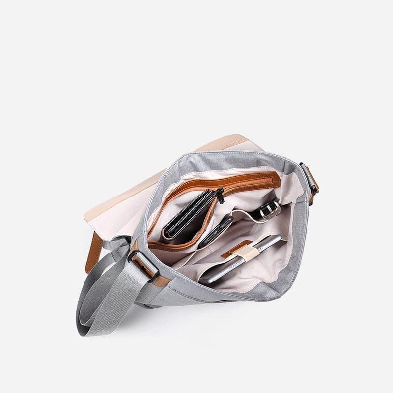 Intérieur de la sacoche besace en toile gris pour homme avec bandoulière amovible et pièces en cuir marron.