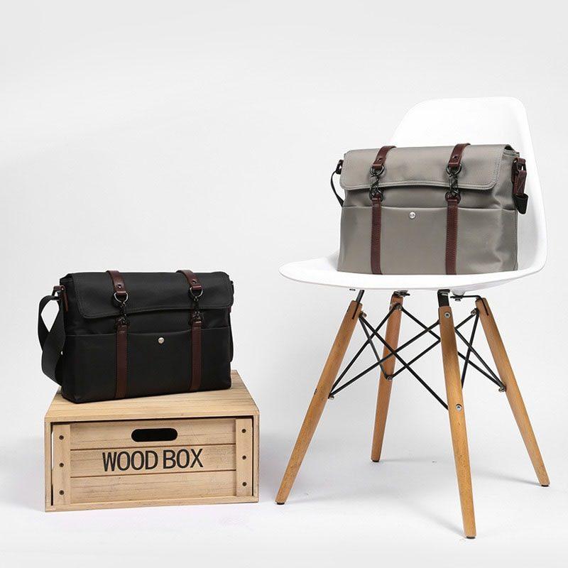 Présentation des 2 sacoches à bandoulière en toile et en cuir pour homme.
