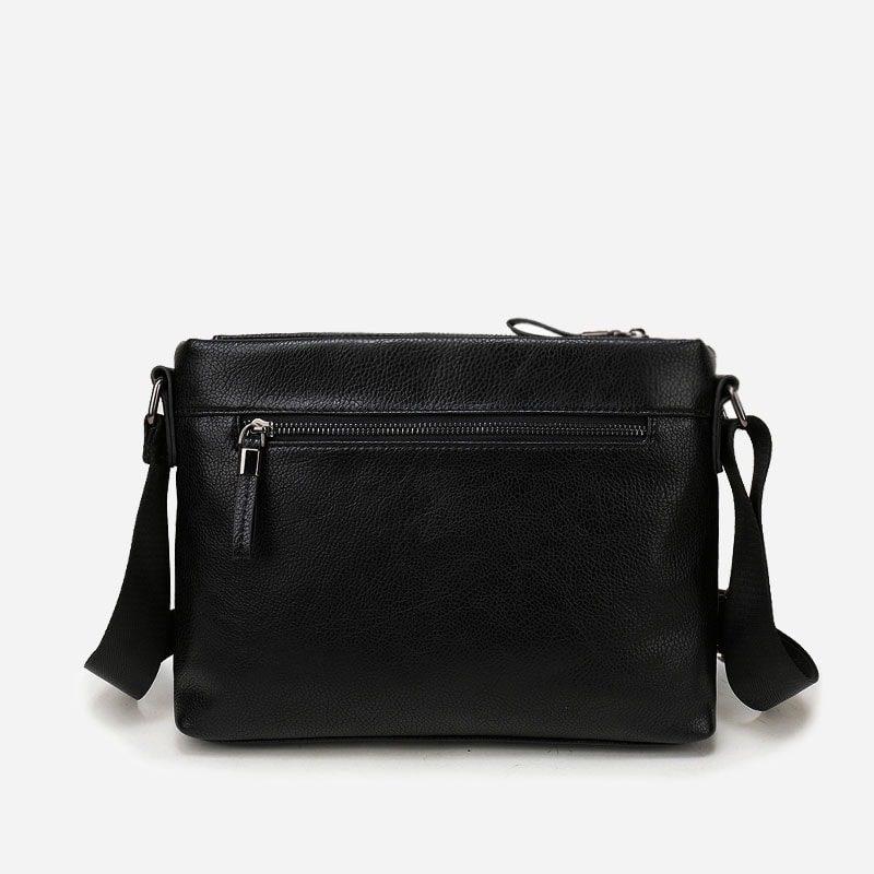 Verso de la sacoche besace pour homme en cuir noir avec sa bandoulière.