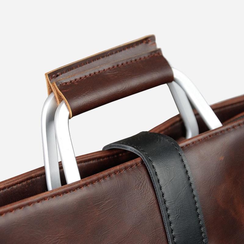 Détails des anses et de la boucle de fermeture de la sacoche porte-documents pour homme.