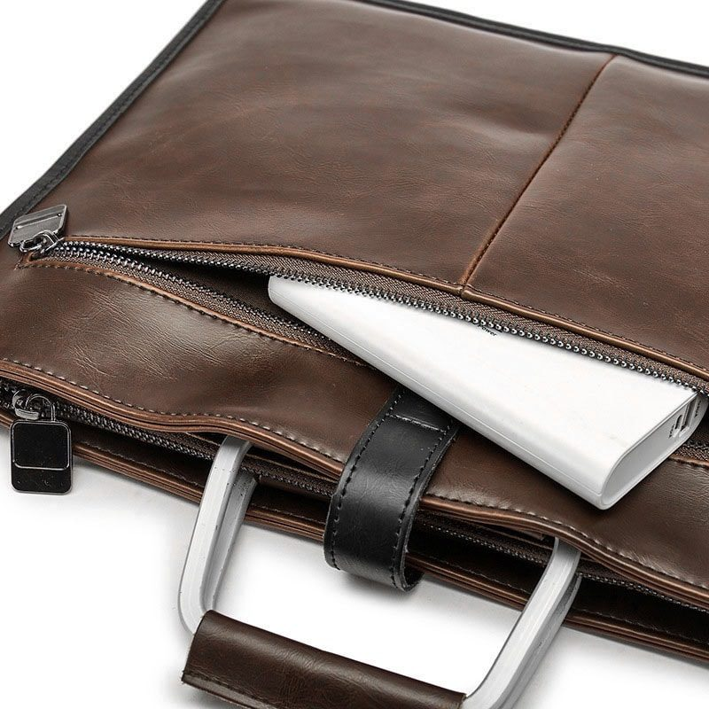 Détails des poches, fermetures et anses de la sacoche cuir porte-documents pour homme de couleur marron et brun.