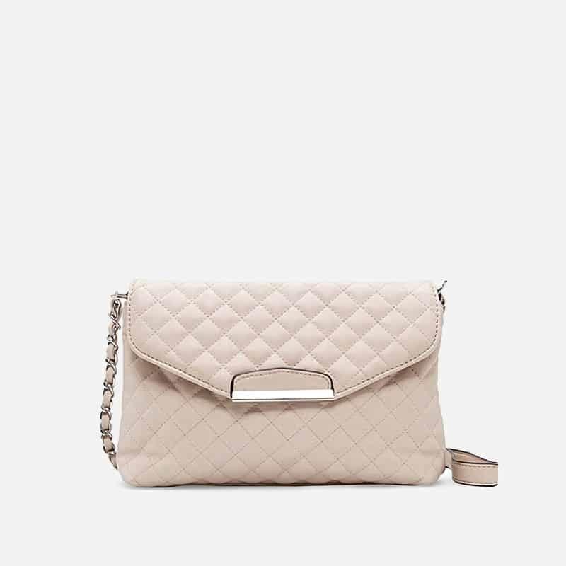 Petit sac à bandoulière en cuir blanc crème pour femme avec moraillon. Chainbag.