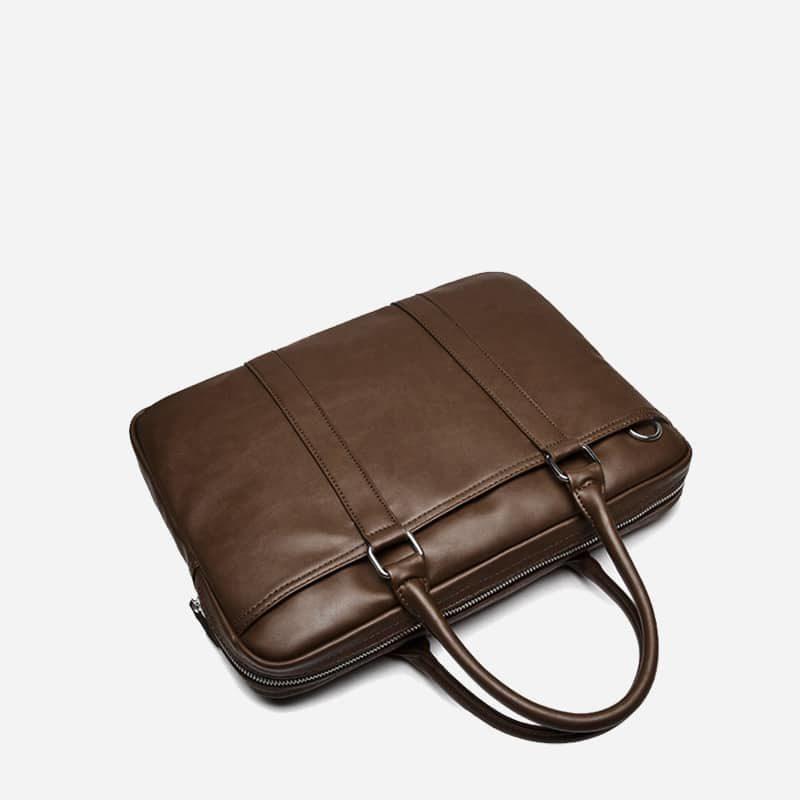 Sac à bandoulière et sac à main en cuir brun et marron pour homme avec plusieurs poches zippées et poches intérieures. Vormbag famous.