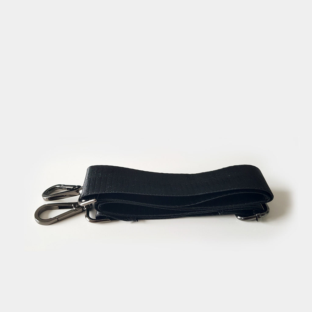 Bandoulière noire du sac weekend pour homme.