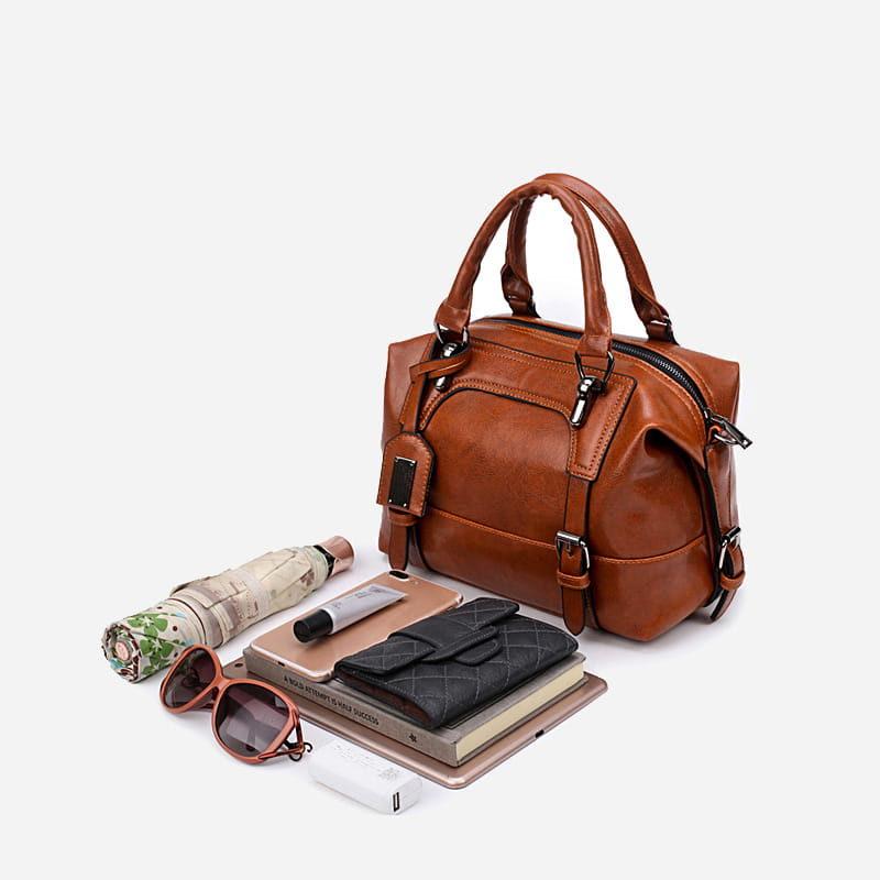 Look et affaires à ranger dans le sac à main bandoulière en cuir marron pour femme.