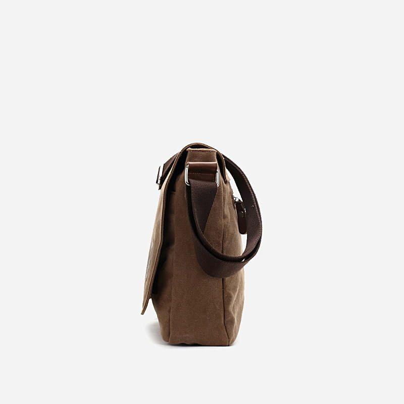 Côté du sac besace à bandoulière en toile brun et marron pour homme avec rabat.