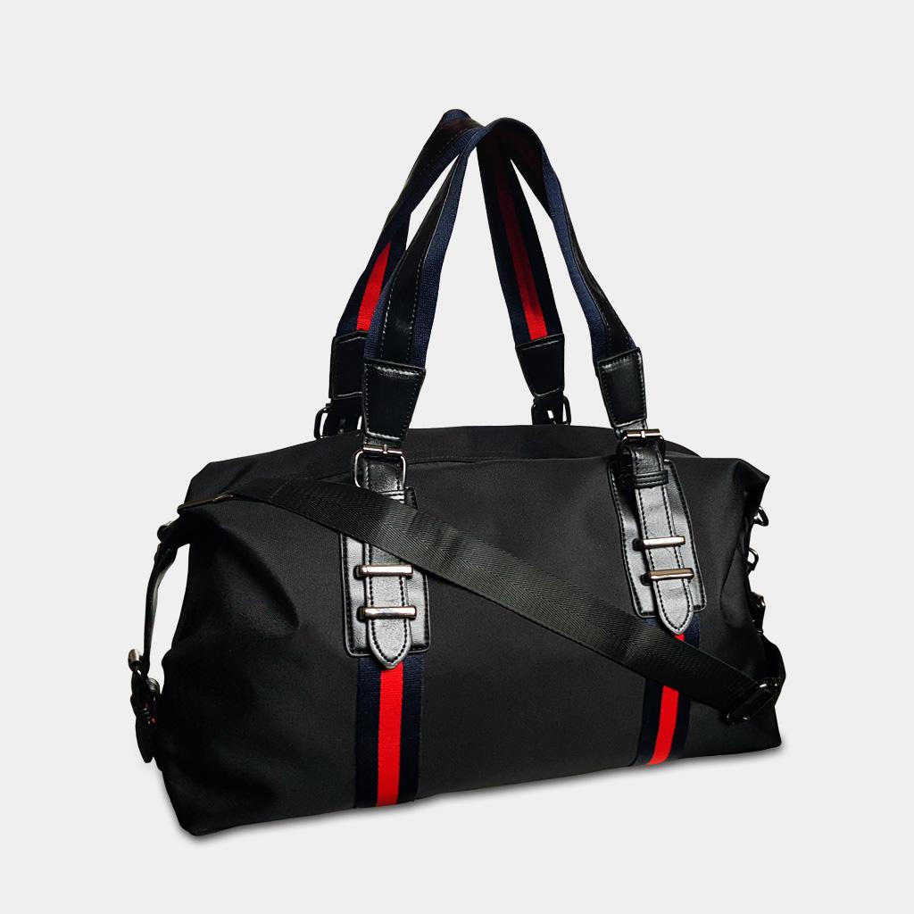 Sac weekend et sac de voyage pour homme en nylon imperméable de couleur noir avec des bandes rouges.