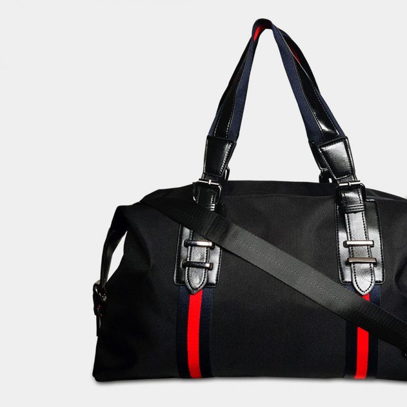 Version sac de voyage pour homme en nylon imperméable de couleur noir avec des bandes rouges.