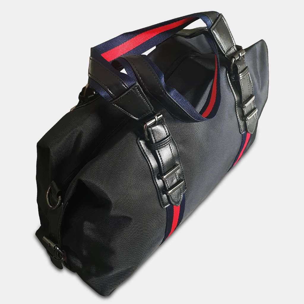 Dessus du sac weekend pour homme en nylon imperméable de couleur noir avec des bandes rouges.