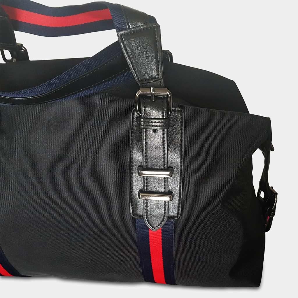 Détails du sac voyage 48h pour homme en nylon imperméable de couleur noir avec des bandes rouges.