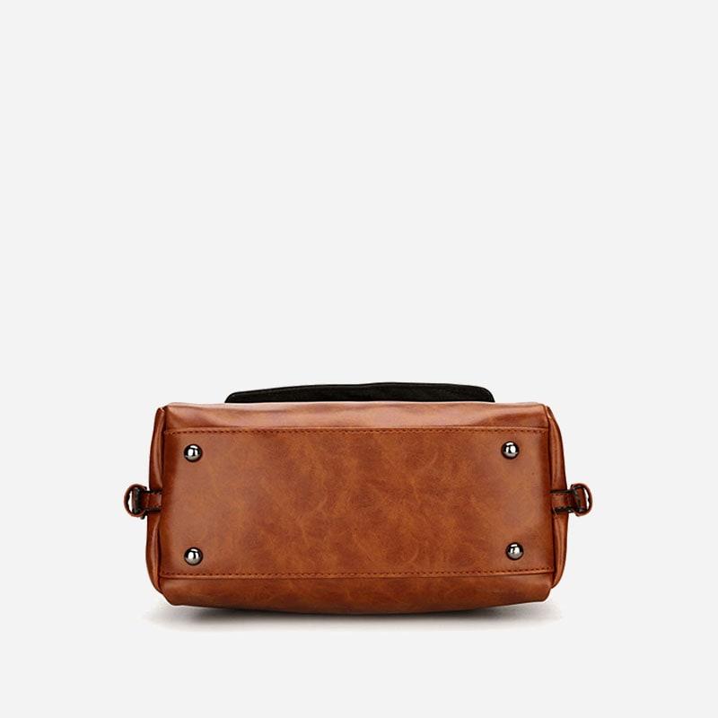 Petit sac à main bandoulière brun pour femme. Dessous.