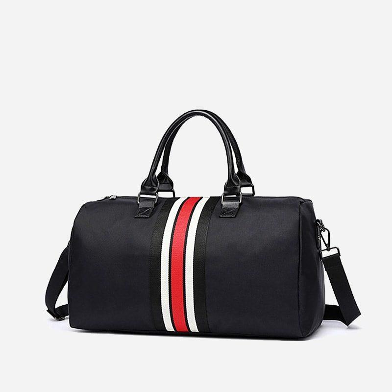 Sac de voyage noir pour homme avec bandoulière faisant également office de sac weekend en fonction de la taille.