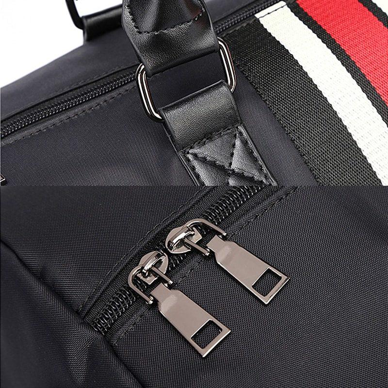 Sac de voyage noir pour homme avec bandoulière faisant également office de sac weekend en fonction de la taille. Détails.