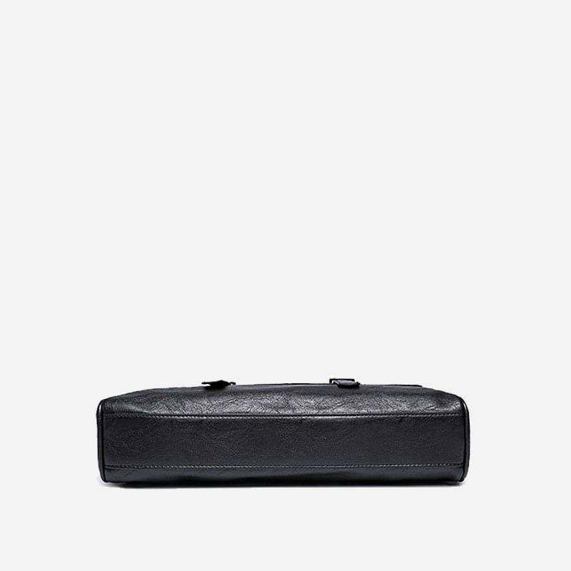 Sacoche pour homme en cuir noir avec bandoulière, rabat et poignée pour être portée comme sac à main. Dessous.