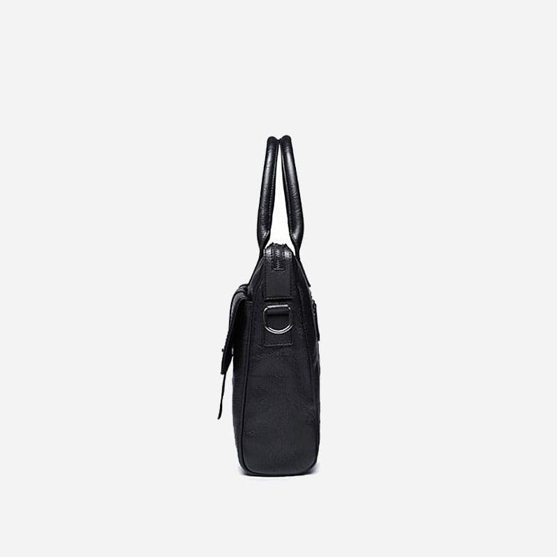 Sacoche pour homme en cuir noir avec bandoulière, rabat et poignée pour être portée comme sac à main. Côté.