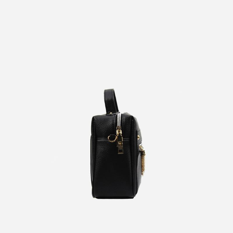 Côté du petit sac à main bandoulière en cuir noir pour femme.
