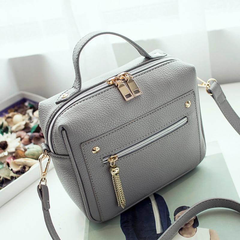 Petit sac à main bandoulière en cuir griss pour femme.