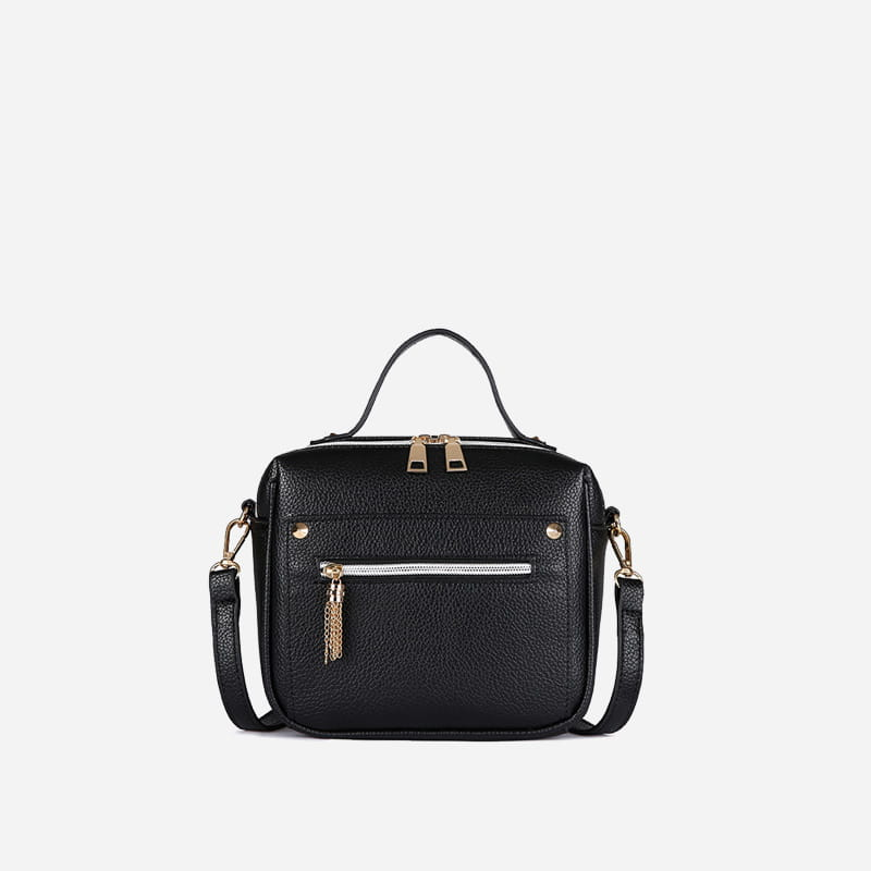Petit sac à main bandoulière en cuir noir pour femme.