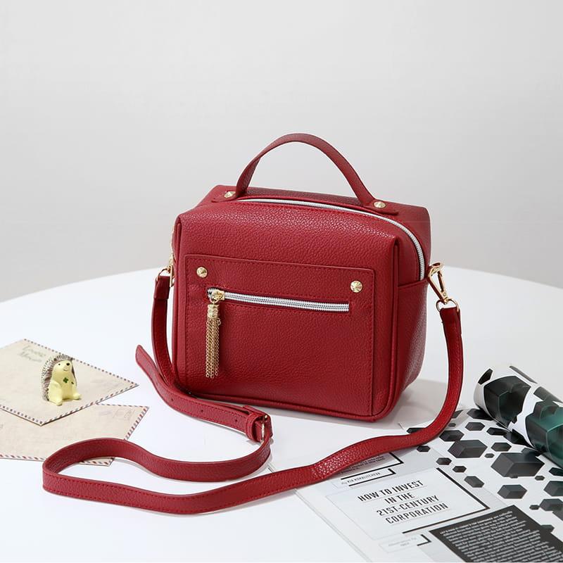 Petit sac à main bandoulière en cuir rouge pour femme.