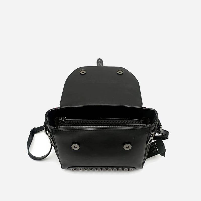 sac-a-main-bandouliere-cloute-cuir-noir-details