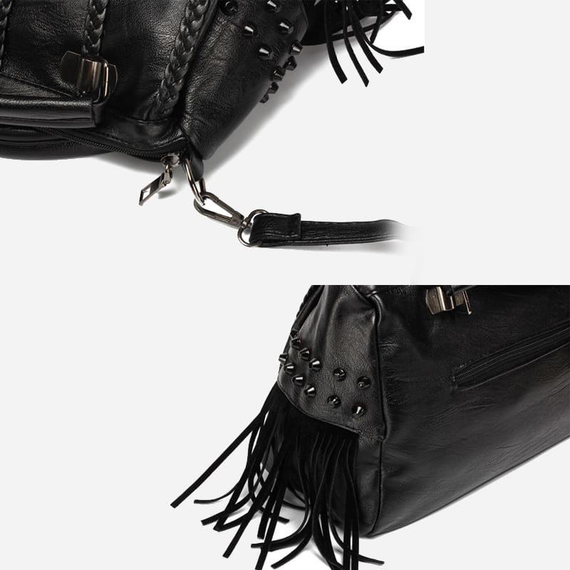 Détails du sac à main bandoulière en cuir noir clouté et frangé.