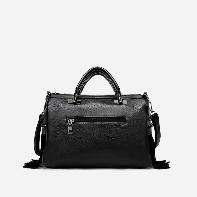 Verso du sac à main bandoulière en cuir noir clouté et frangé.