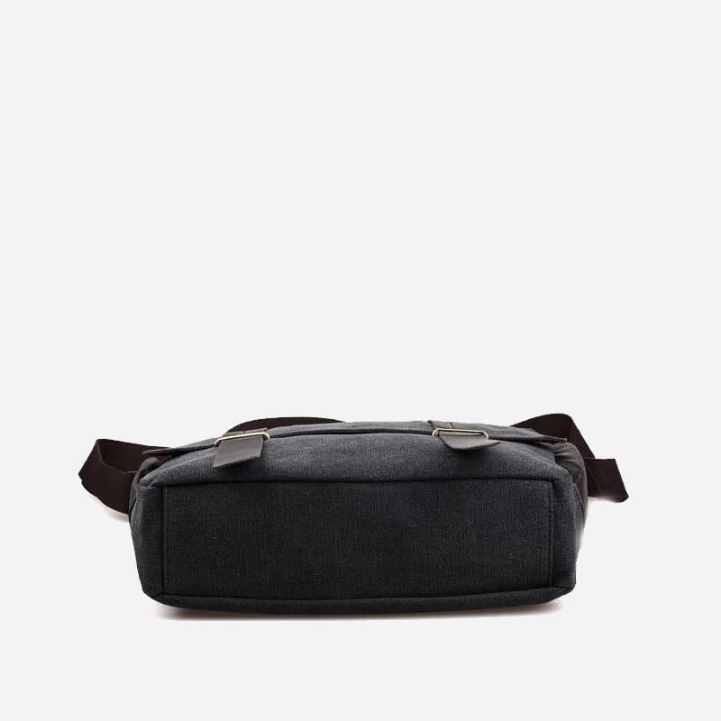 Dessous du sac besace pour homme noir en toile et en cuir.